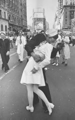 Alfred Eisenstaedt: V-Day (© Time-Life Syndication, New York)